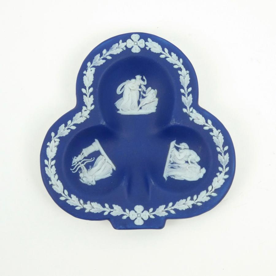 Club shaped pin tray