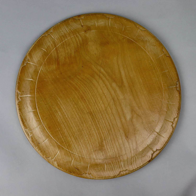 Breadboard with fine petal rim